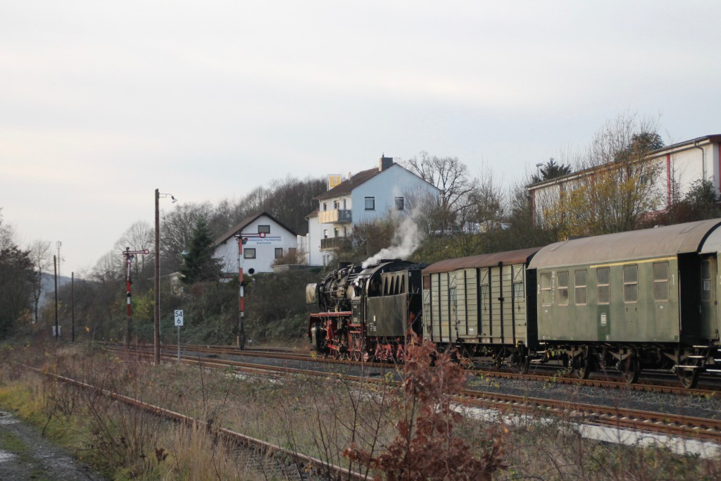 Im Bahnhof Büdingen steht 50 3552 am Ausfahrsignal, aufgenommen am 05.12.2015.