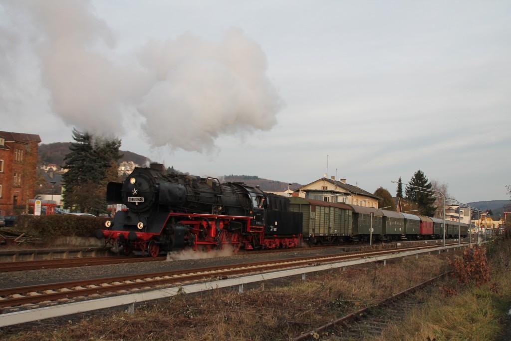 50 3552 der Museumseisenbahn Hanau rangiert im Bahnhof Büdingen ihren Zug auf ein Nebengleis, aufgenommen am 05.12.2015.