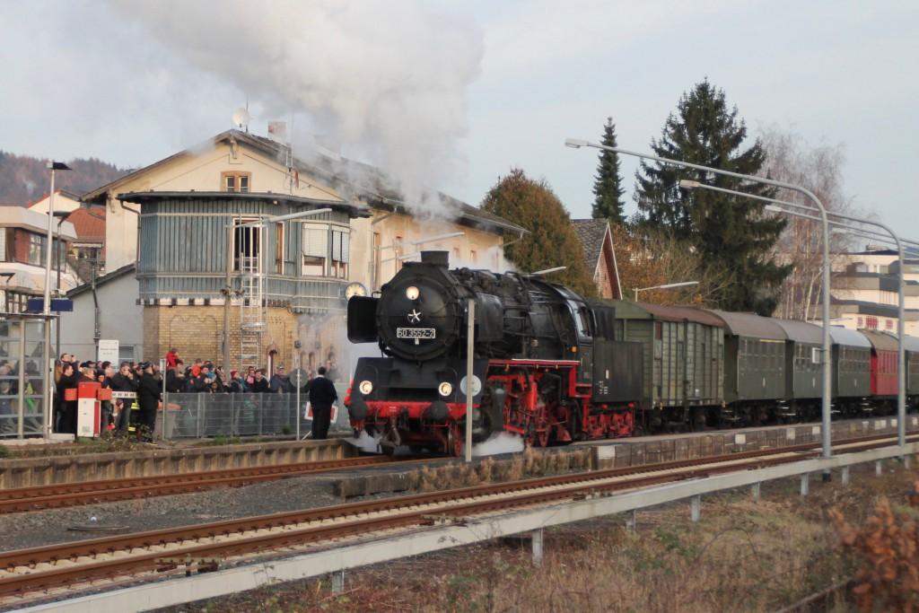 50 3552 der Museumseisenbahn Hanau am Stellwerk in Büdingen, aufgenommen am 05.12.2015.