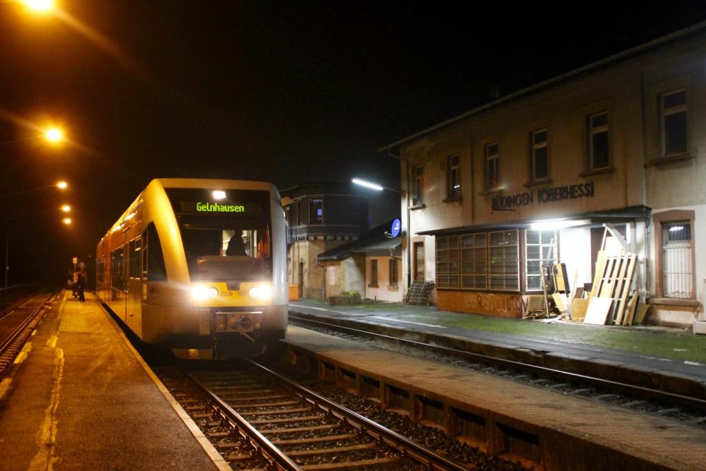 Ein GTW der HLB hält zur später Stunde im Bahnhof Büdingen, aufgenommen am 04.12.2015.