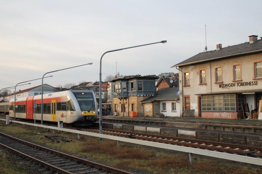 Ein GTW der HLB hält am 05.12.2015 im Bahnhof Büdingen.