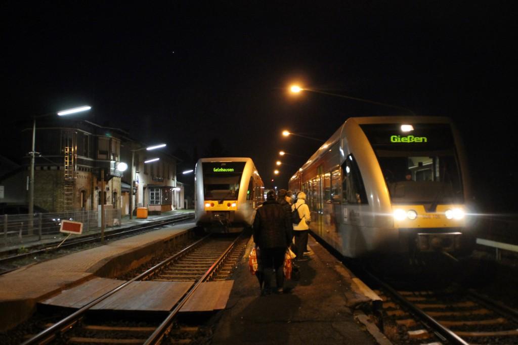 Abendliche Zugkreuzung im Bahnhof Büdingen zwischen zwei GTW der HLB, aufgenommen am 04.12.2015.