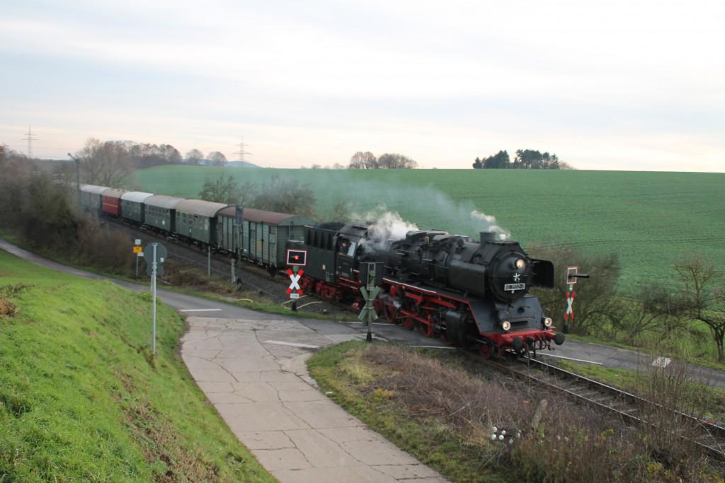 50 3552 an einem Bahnübergang bei Mittel-Gründau auf dem Weg nach Büdingen, aufgenommen am 05.12.2015.