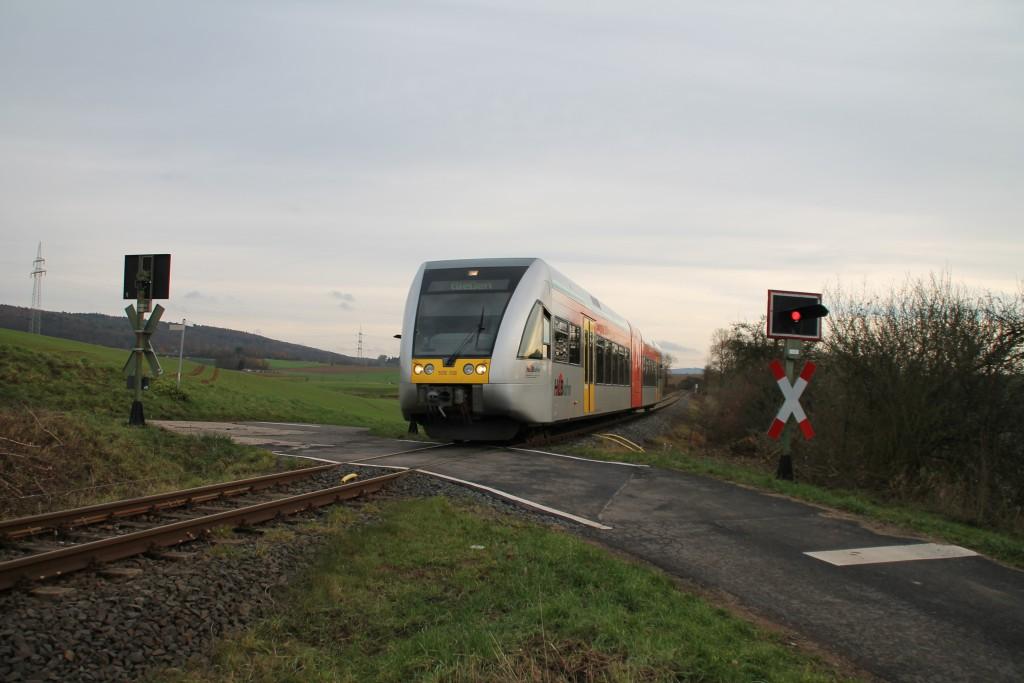 Ein GTW der HLB überquert einen Bahnübergang bei Mittel-Gründau, aufgenommen am 05.12.2015.