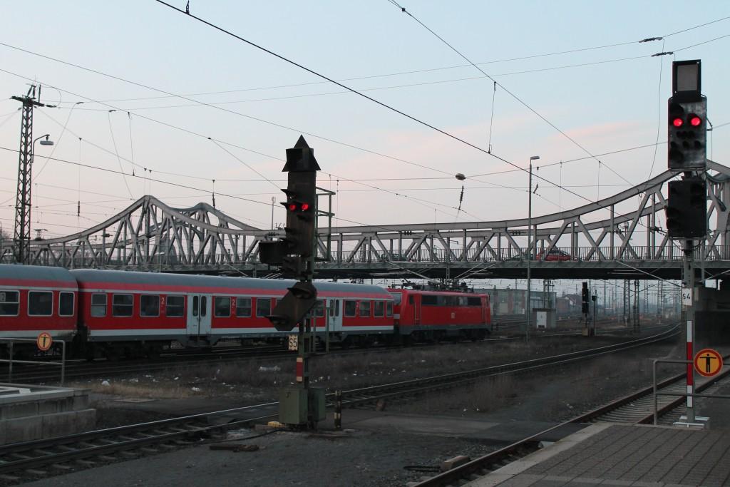 Eine 111 mit einem Park aus n-Wagen verlässt Darmstadt in Richtung Frankfurt, aufgenommen am 12.02.2015.