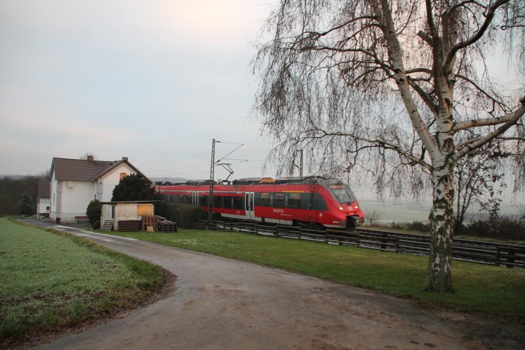 Ein TALENT 2 an einem Bahnwärterhaus in der nähe von Butzbach, aufgenommen am 06.12.2015.