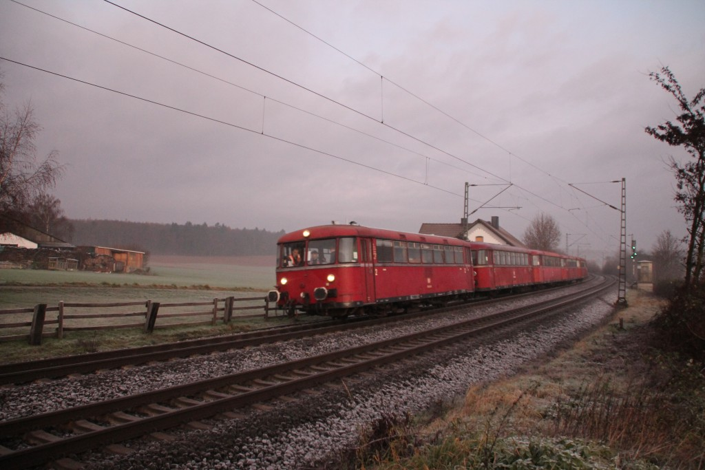 Eine fünfteilige Schienenbusgarnitur der OEF macht sich auf den Weg Richtung Darmstadt, hier aufgenommen bei Butzbach am 06.12.2015.