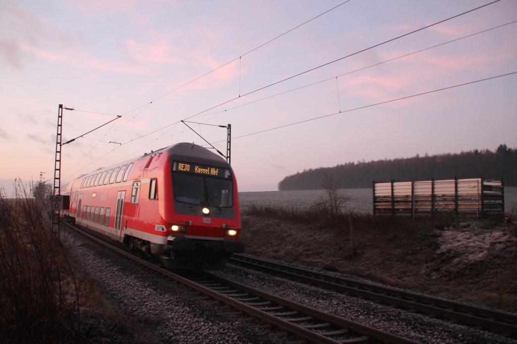 Ein Doppelstock-Steuerwagen auf dem Weg nach Kassel, aufgenommen im Morgenlicht in der nähe von Butzbach am 06.12.2015.