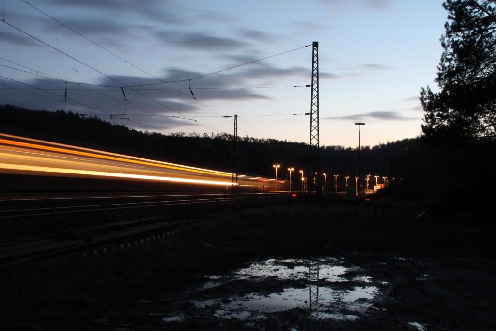 Ein Triebwagen der Baureihe 442 verlässt den Bahnhof Cölbe in Richtung Treysa, aufgenommen am 28.11.2015.