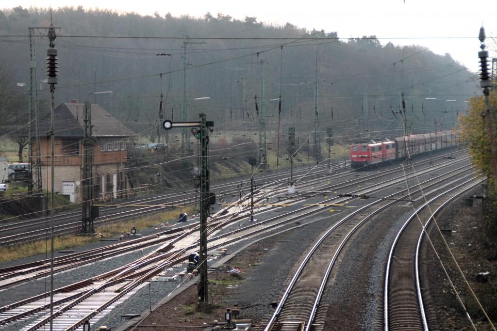 Im Bahnhof Gießen-Bergwald steht ein Güterzug mit zwei Lokomotiven der Baureihe 155, aufgenommen am 05.12.2015.