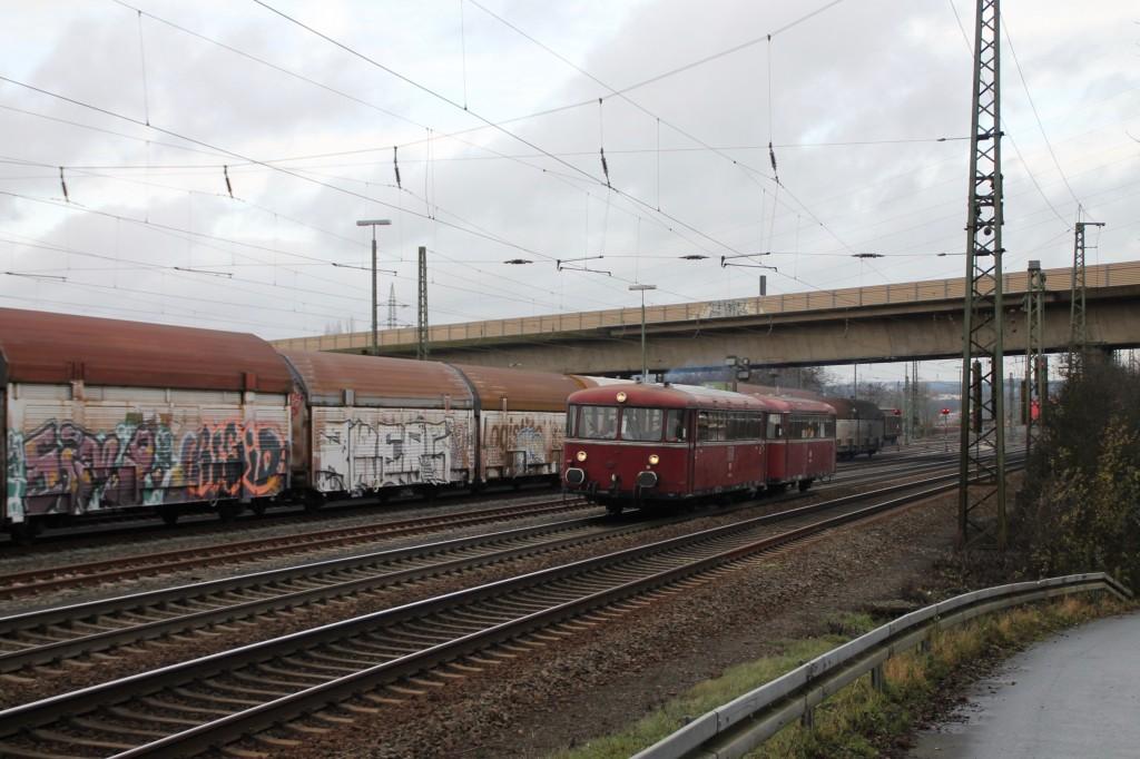 798 829 und 996 677 durchfahren den Bahnhof Gießen-Bergwald, aufgenommen am 12.12.2015.
