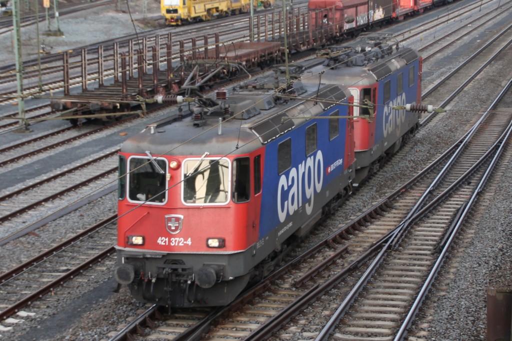 421 372 und eine weitere Lok von SBB-Cargo durchqueren den Bahnhof Gießen-Bergwald.