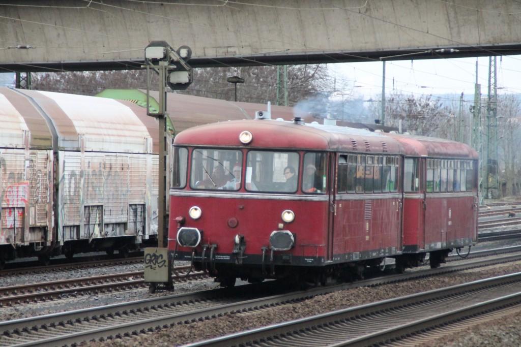 798 829 und 996 677 passieren ein Vorsignal in Gießen-Bergwald, aufgenommen am 12.12.2015.