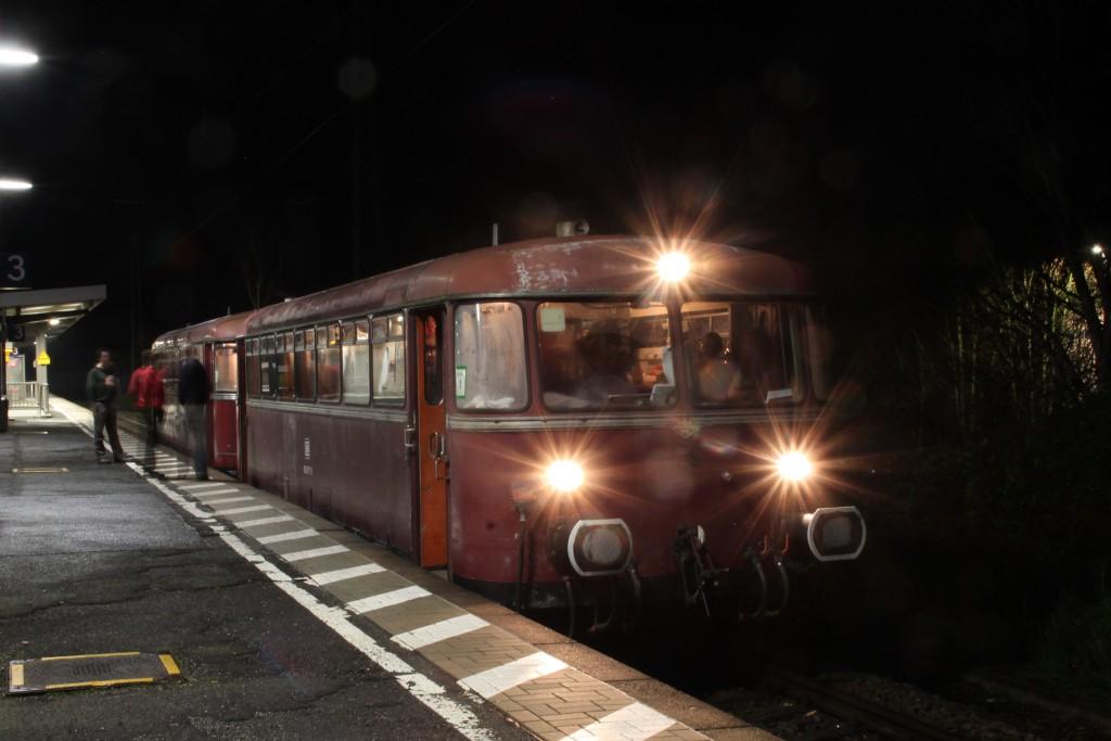 996 677 und 798 829 während eines nächtlichen Zwischenstopp in Nieder-Wöllstadt, aufgenommen am 12.12.2015.