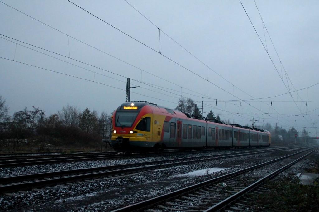 Ein FLIRT der HLB durchquert am Morgen des 28.11.2015 den Bahnhof Niederwalgern.