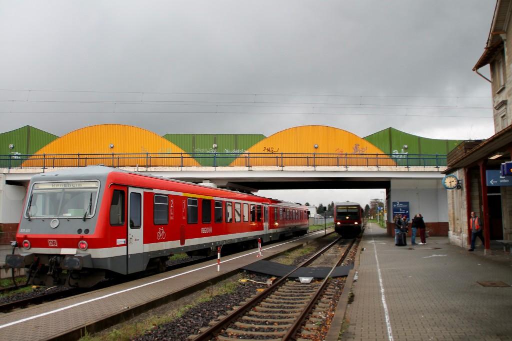 Zugkreuzung im Bahnhof Bürstadt zwischen zwei Triebwagen der Baureihe 628, aufgenommen am 21.11.2015.