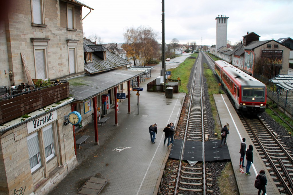 628 493 fährt zur Zugkreuzung in den Bahnhof Bürstadt ein, aufgenommen am 21.11.2015.