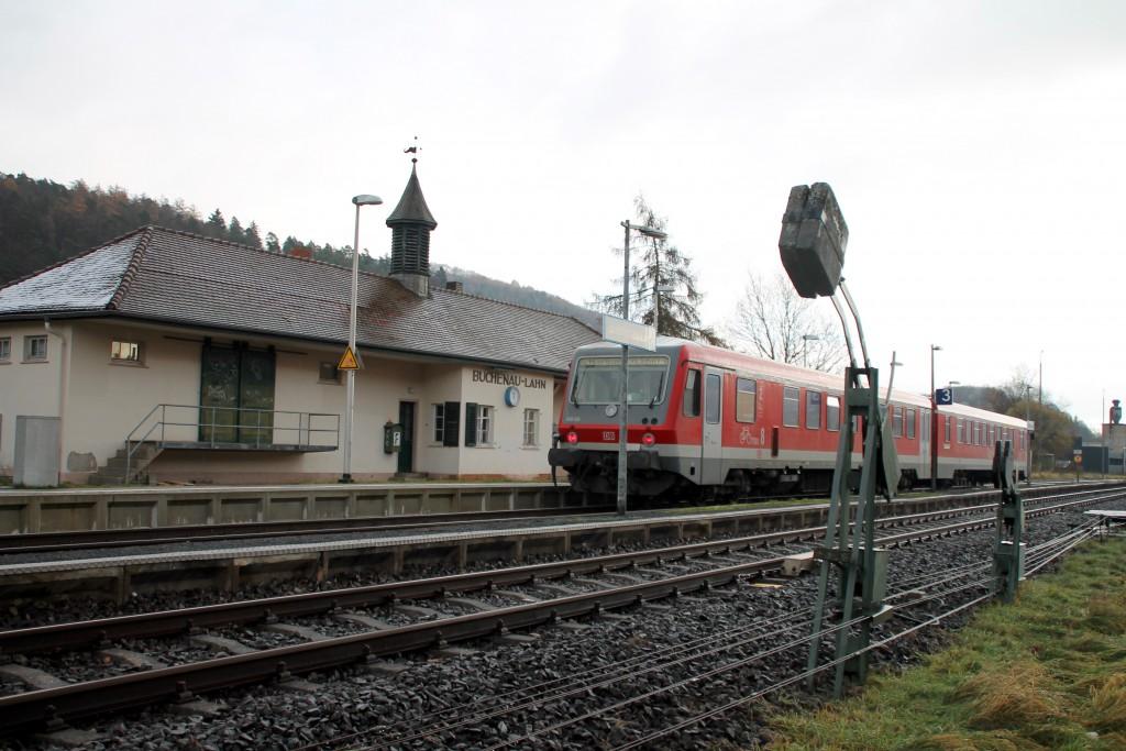 628 436 hält im Bahnhof Buchenau auf der oberen Lahntalbahn, aufgenommen am 28.11.2015.