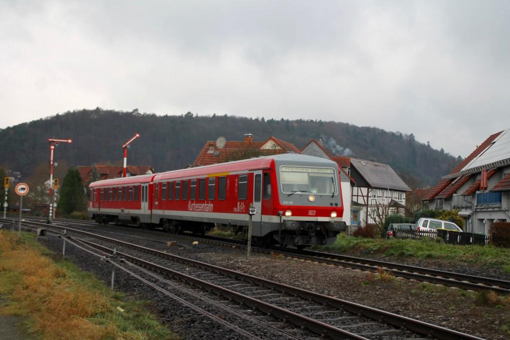 628 436 fährt in den durchgeschalteten Bahnhof Buchenau auf der oberen Lahntalbahn ein, aufgenommen am 28.11.2015.