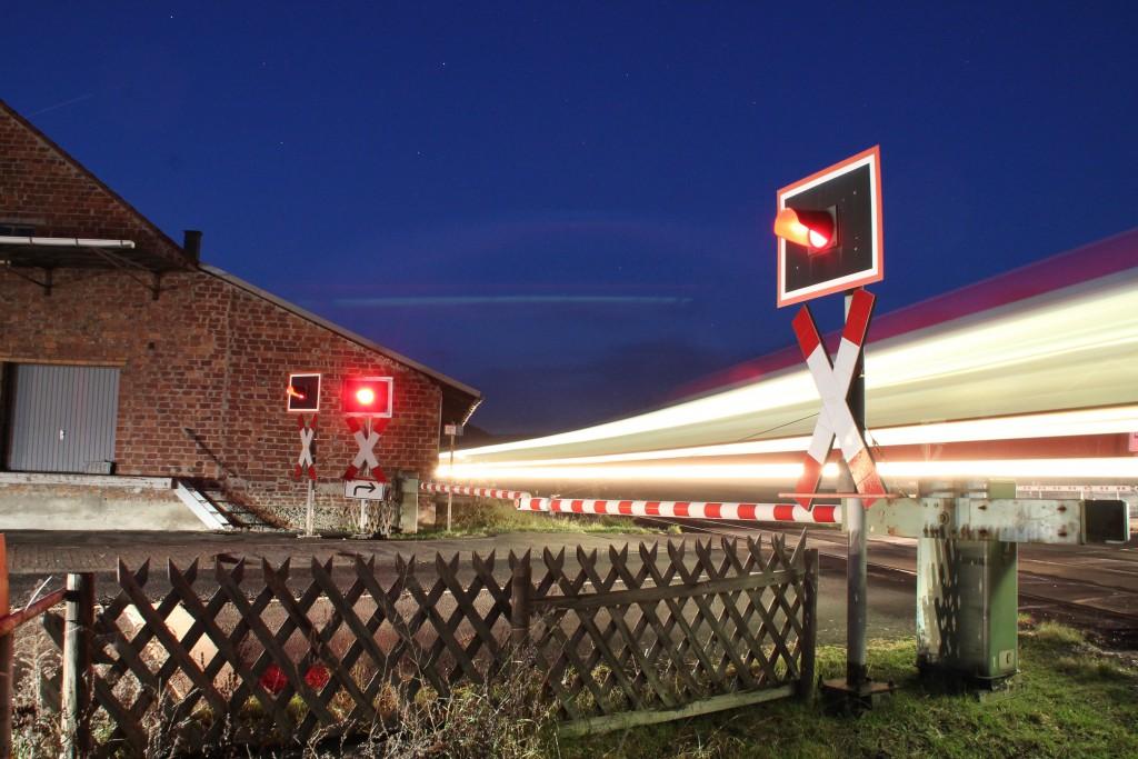 Ein Triebwagen der Baureihe 628 überquert den Bahnübergang im Bahnhof Cölbe, aufgenommen am 28.11.2015.