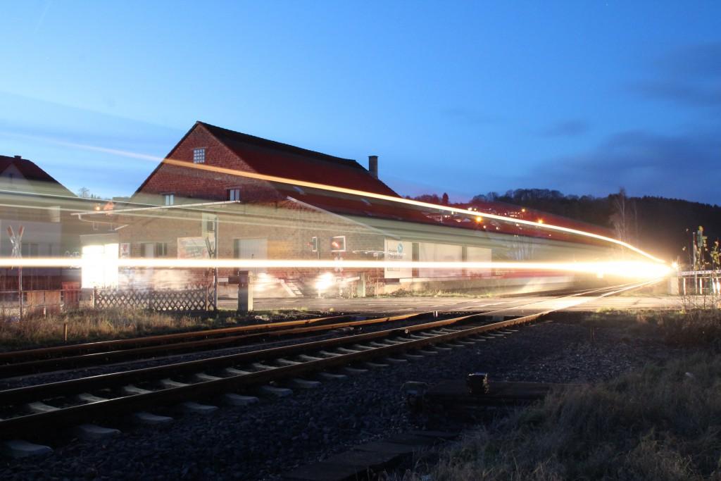 Ein Triebwagen der Baureihe 646 überquert den Bahnübergang im Bahnhof Cölbe, aufgenommen am 28.11.2015.