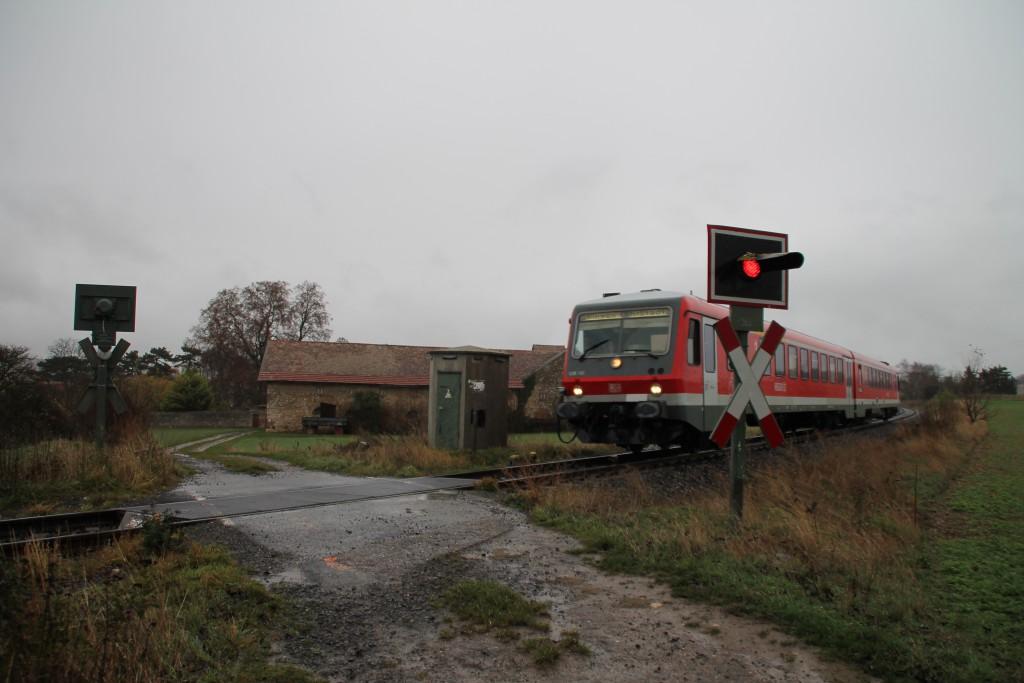 628 561 überquert einen Bahnübergang bei Gundersheim, aufgenommen am 21.11.2015.