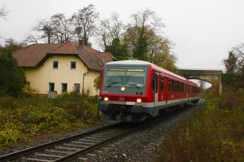 628 696 kurz vor dem Haltepunkt Gundersheim, aufgenommen am 21.11.2015.