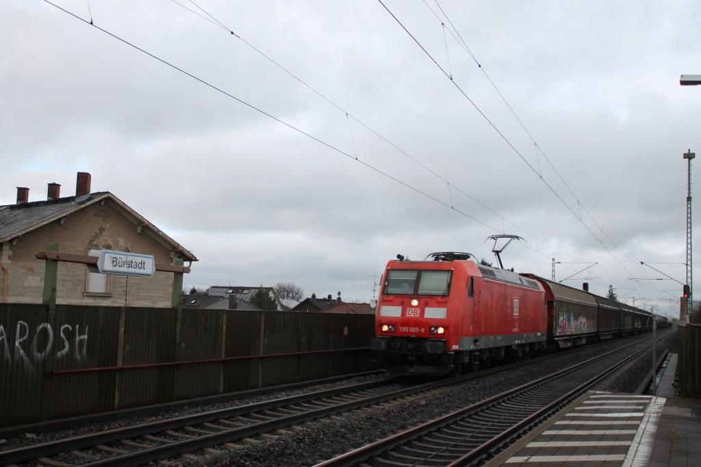 186 005 rauscht mit ihrem Güterzug durch den Haltepunkt Bürstadt auf der Reitbahn, aufgenommen am 21.11.2015.
