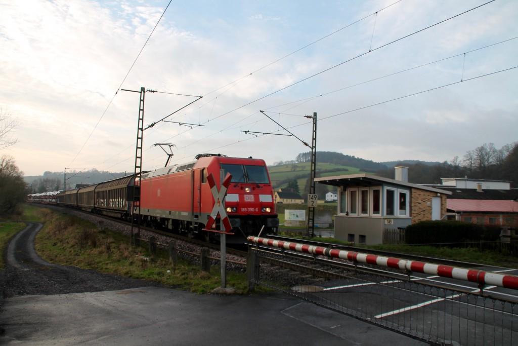 185 350 überquert den Bahnübergang des Posten 149 in Unterhaun, aufgenommen am 19.12.2015.