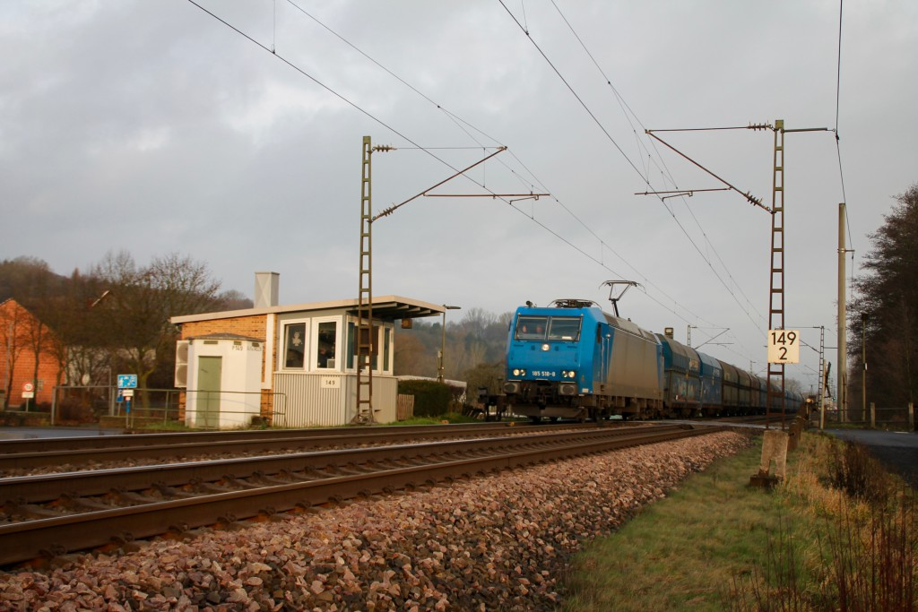 185 518 überquert den Bahnübergang des Posten 149 in Unterhaun, aufgenommen am 19.12.2015.