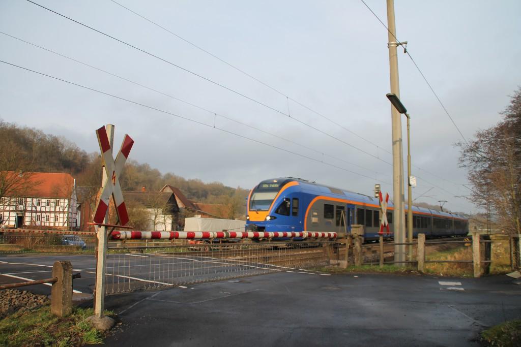Ein FLIRT der CANTUS überquert den Bahnübergang des Posten 149 in Unterhaun, aufgenommen am 19.12.2015.
