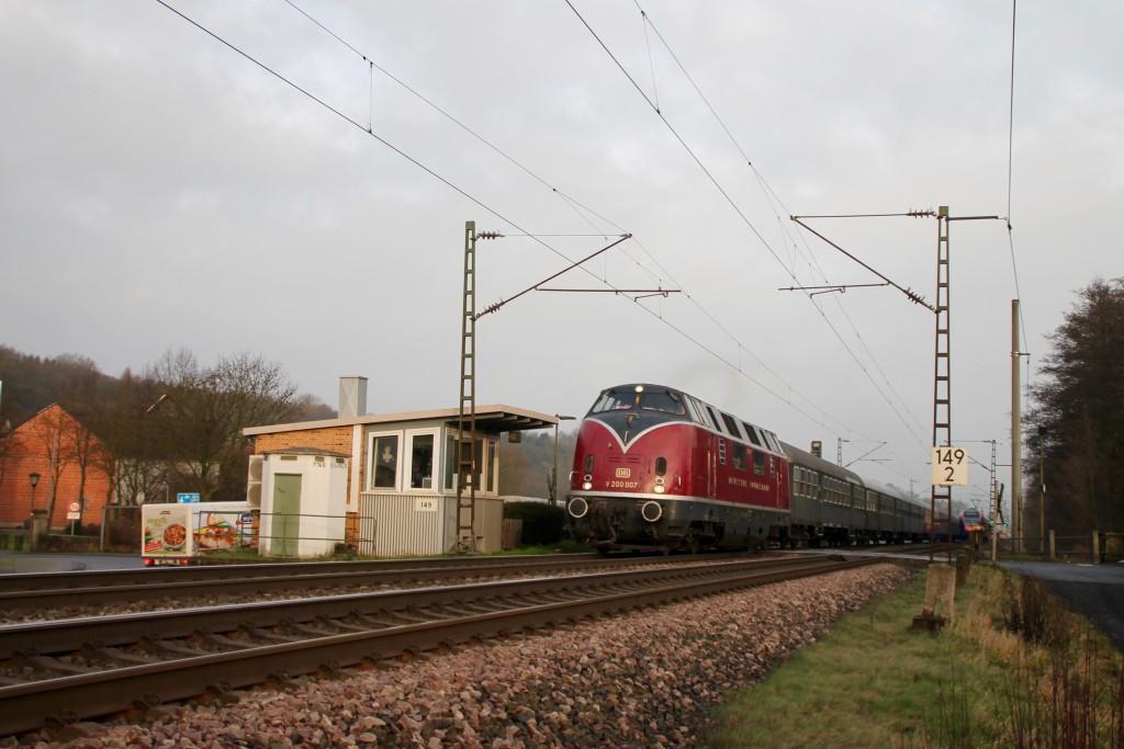 V 200 007 überquert den Bahnübergang des Posten 149 in Unterhaun, aufgenommen am 19.12.2015.