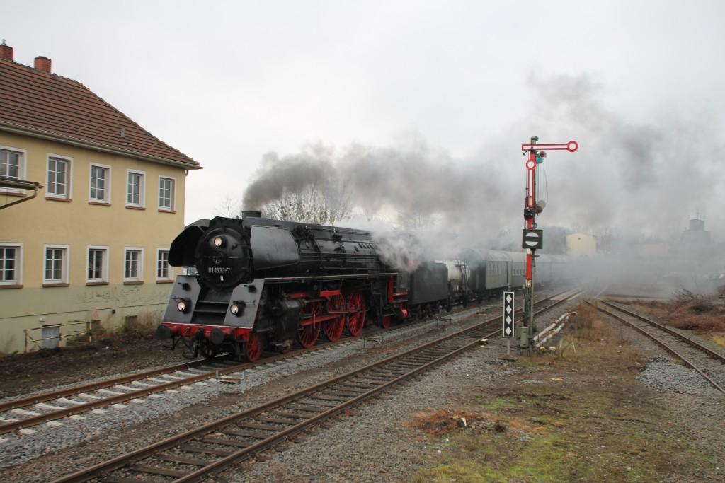 01 1533 fährt mit ihrem Sonderzug nach Alsfeld in den Bahnhof Grünberg ein, aufgenommen am 05.12.2015.