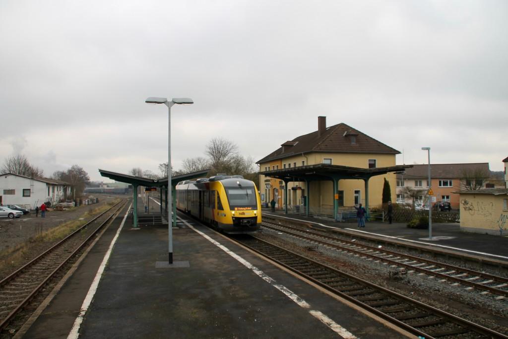 Ein LINT der HLB wartet im Bahnhof Grünberg auf Ausfahrt, aufgenommen am 05.12-2015.
