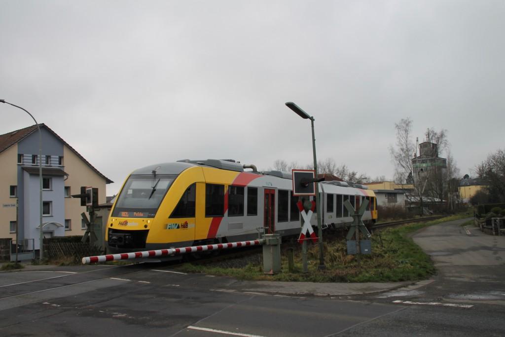 Ein LINT der HLB überquert den Bahnübergang in Grünberg, aufgenommen am 05.12.2015.