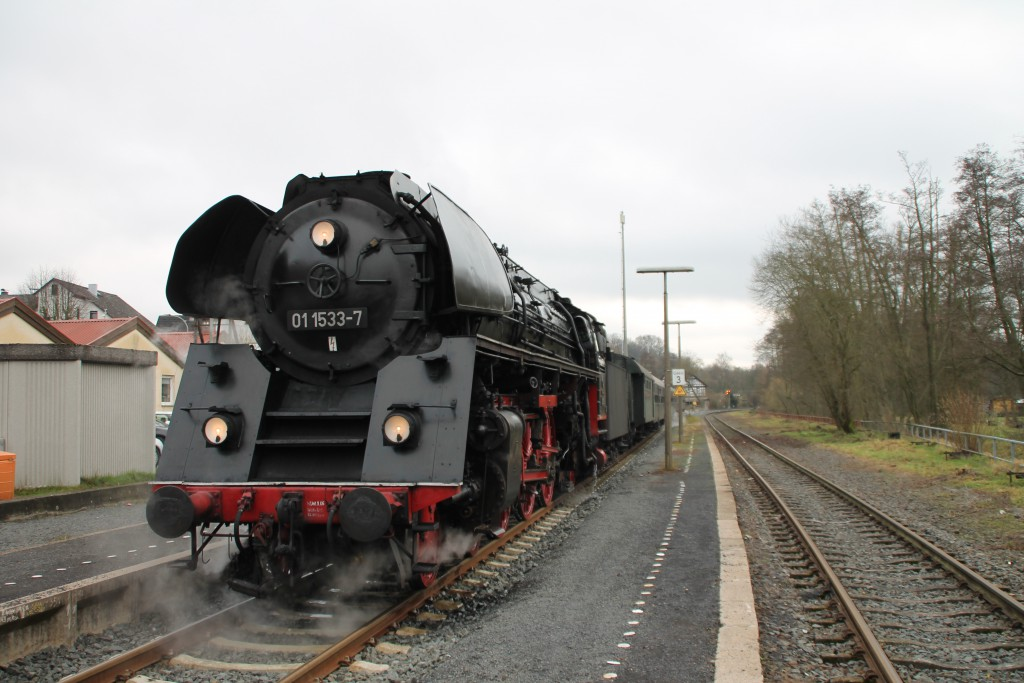Im Bahnhof Nieder-Ohmen steht 01 1533 mit ihrem Sonderzug und wartet auf den Gegenzug, aufgenommen am 05.12.2015.