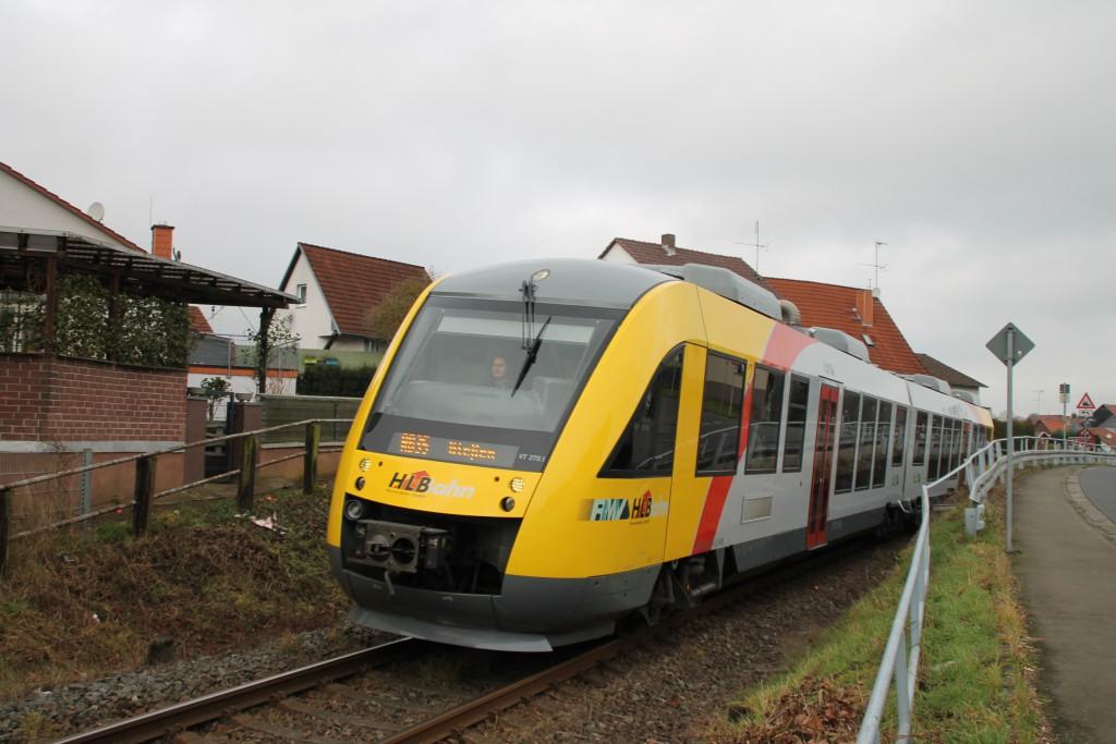 Ein LINT der HLB durchquert Nieder-Ohmen, aufgenommen am 05.12.2015.
