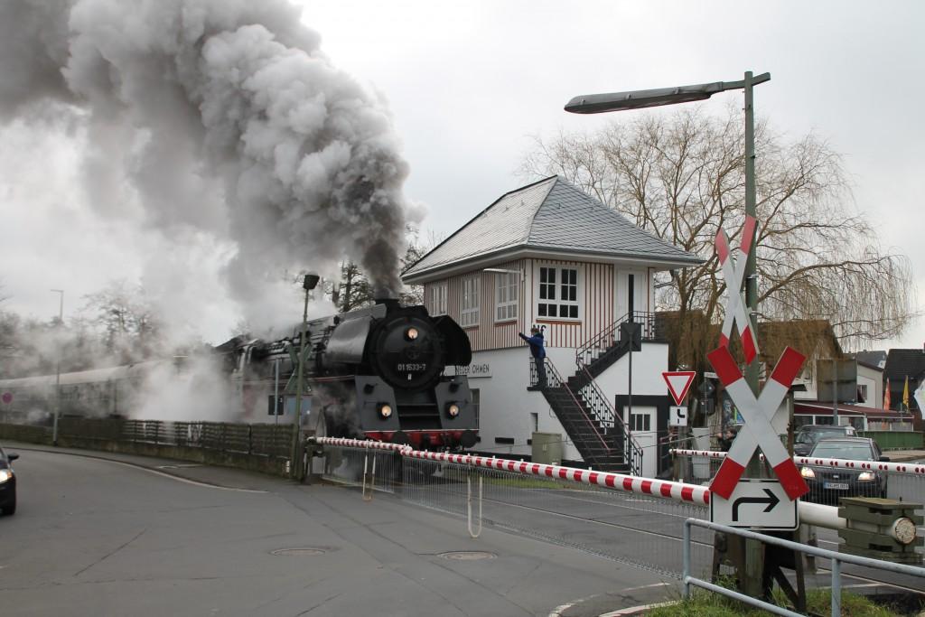 01 1533 verlässt den Bahnhof Nieder-Ohmen, aufgenommen am 05.12.2015.