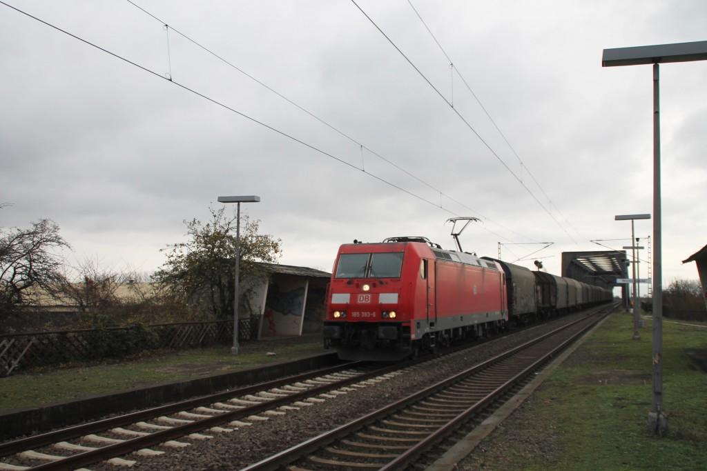 185 393 durchquert den stillgelegten Haltepunkt Worms-Brücke am 21.11.2015.