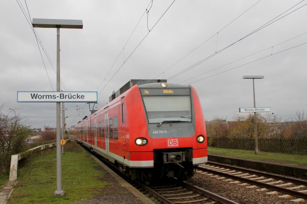 425 251 durchfährt den stillgelegten Haltepunkt Worms-Brücke, aufgenommen am 21.11.2015.