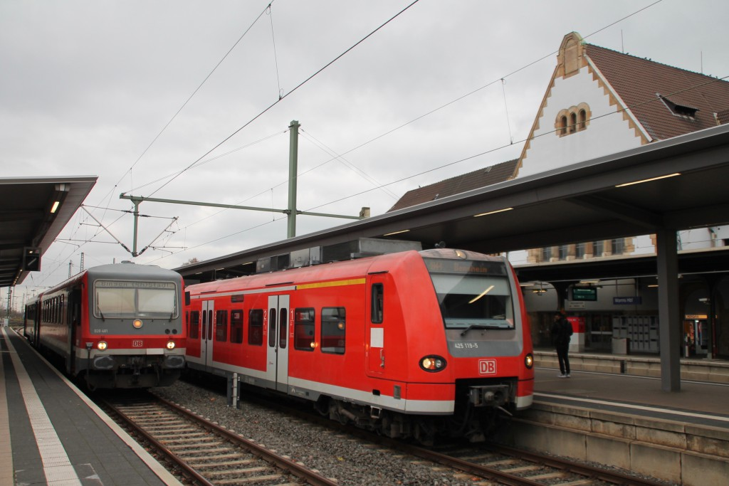 Bis zur Abfahrt sind es noch ein paar Minuten, derweilen warten 628 481 und 425 119 im Bahnhof Worms noch auf Fahrgäste, aufgenommen am 21.11.2015.