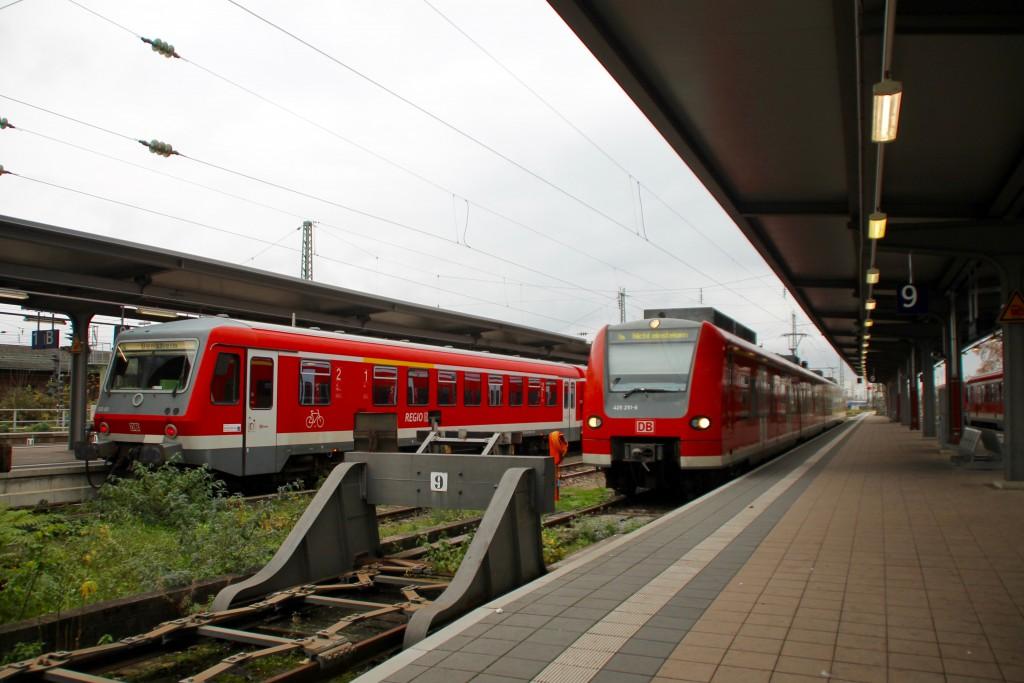 Im Bahnhof Worms warten 628 493 und 425 251 noch auf Fahrgäste, aufgenommen am 21.11.2015.