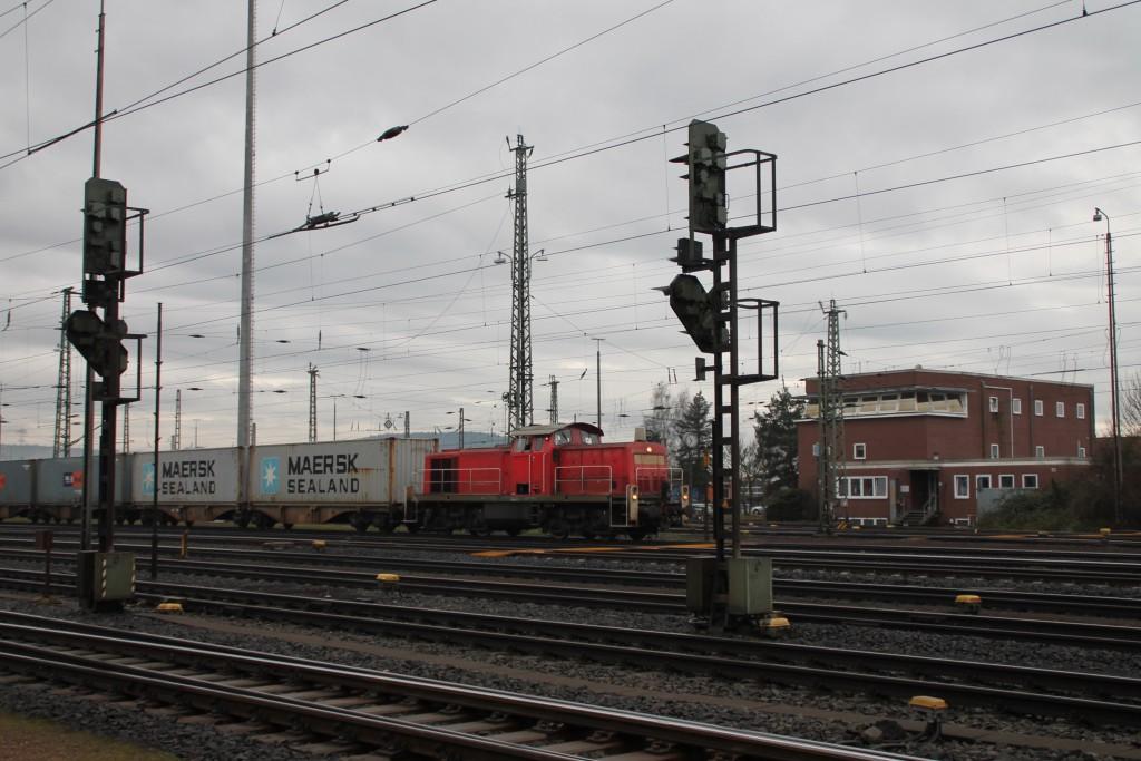 294 643 rangiert mit ein paar Wagen durch den Bahnhof Bebra, aufgenommen am 11.01.2016.
