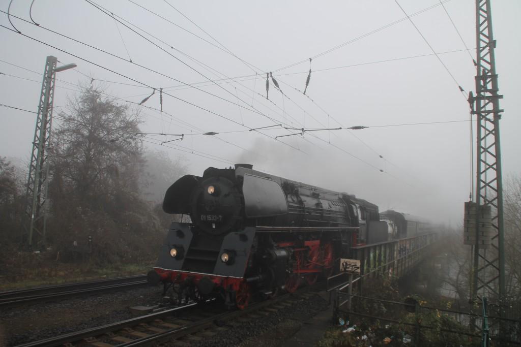 01 1533 überquert am morgen des 27.12.2015 die Lehnbrücke in Wetzlar.