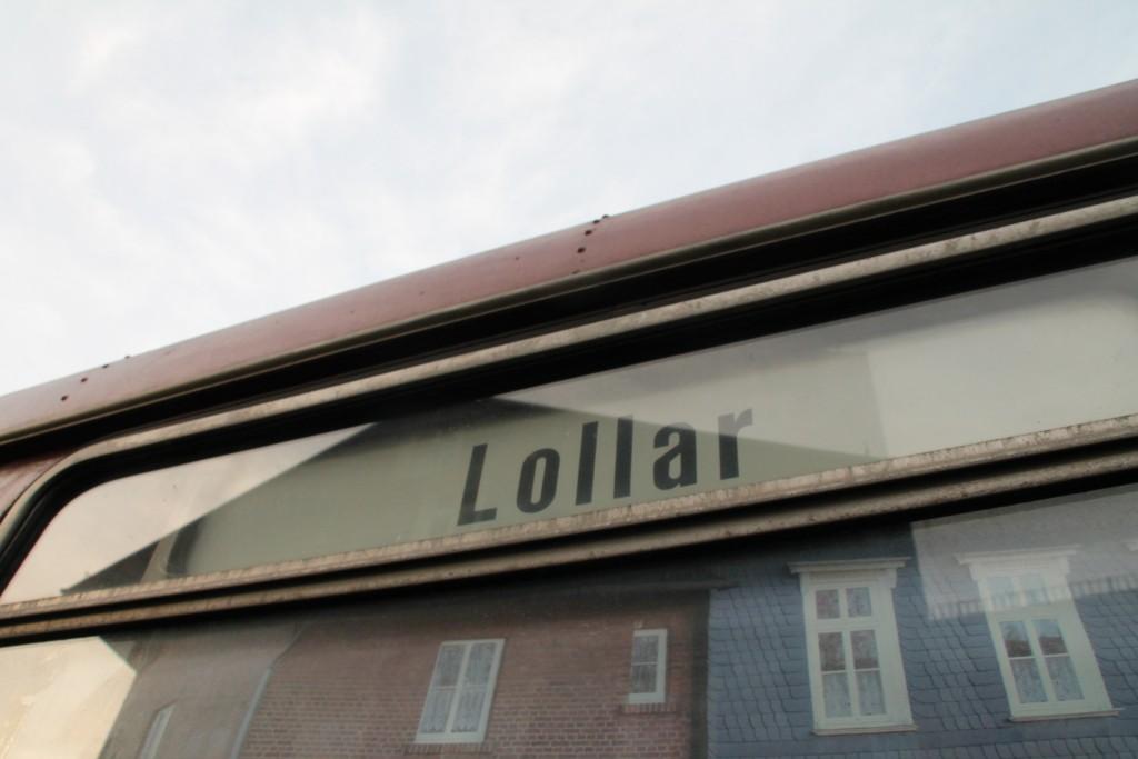 998 850 hat ein Ziel: Lollar, aufgenommen am 27.12.2015 im Bahnhof Kinzenbach.