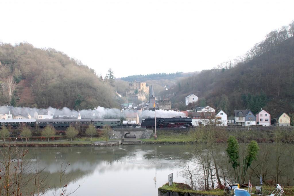 01 1533 durchquert die bekannte Ortskulisse von Balduinstein, aufgenommen am 27.12.2015.