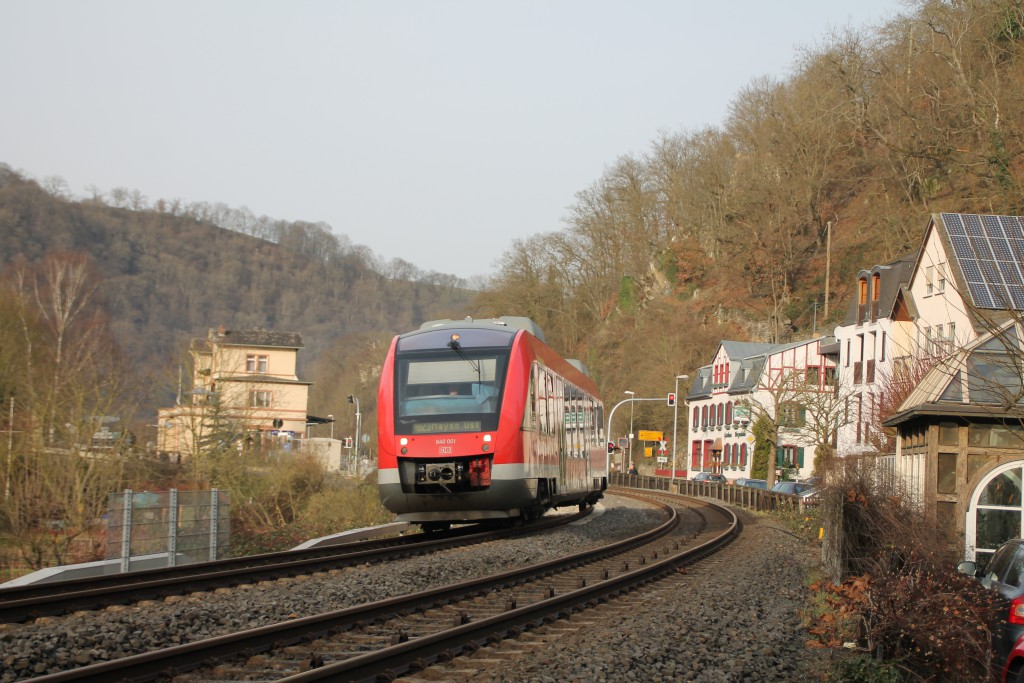 640 001 durchquert als Regionalbahn Balduinstein auf der Lahntalbahn, aufgenommen am 27.12.2015.