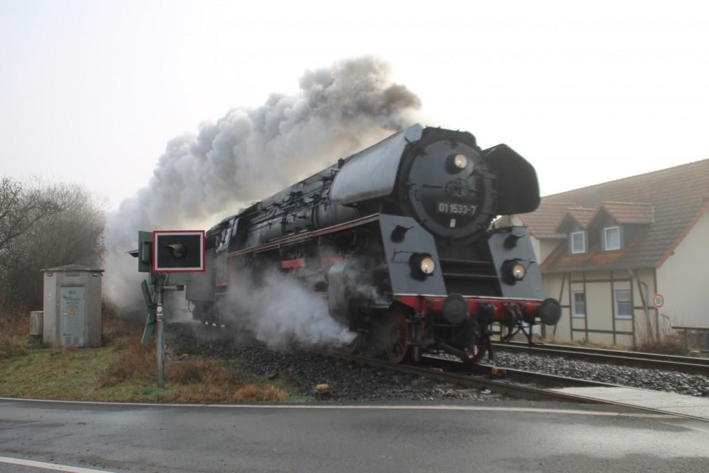 01 1533 überquert einen Bahnübergang in Biskischen auf der Lahntalbahn, aufgenommen am 27.12.2015.