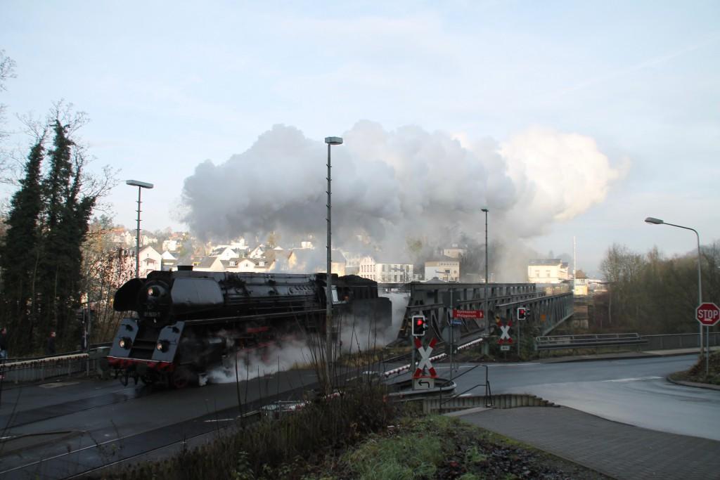 01 1533 verlässt die Lahnbrücke in Weilburg, aufgenommen am 27.12.2015.