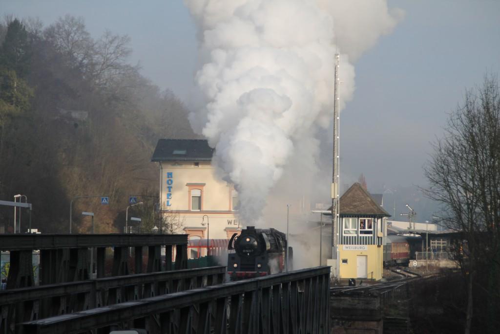 01 1533 verlässt den Bahnhof Weilburg, aufgenommen am 27.12.2015.